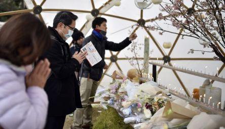 KMA101 TOKIO (JAPÓN) 11/03/2016.- Varias personas rezan durante un evento celebrado en memoria de las víctimas del terremoto y posterior tsunami de hace cinco años en Tokio (Japón) hoy, 11 de marzo de 2016. Japón recordó hoy con un minuto de silencio el terremoto y el tsunami acaecidos hace justo cinco años, que dejaron más de 18.000 muertos y desaparecidos en el noreste de Japón y provocaron el accidente nuclear de la central de Fukushima. En los diversos actos celebrados por todo el país se guardó un minuto de silencio a las 14.46 hora local (05.46 GMT), momento exacto en el que el 11 de marzo de 2011 se registró el terremoto de 9 grados en la escala abierta de Richter que desencadenó la tragedia. EFE/Franck Robichon