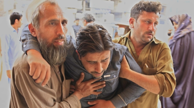 PSH01. Peshawar (Pakistan), 10/04/2016.- A man who was injured in an earthquake is rushed for medical treatment at a hospital in Peshawar, Pakistan, 10 April 2016. At least two people were killed and 25 injured in Peshawar following a 6.6 magnitude earthquake that was felt in Pakistan, Afghanistan and India. (Afganistán, Terremoto/sismo) EFE/EPA/ARSHAD ARBAB