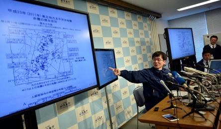 FRA03. TOKIO (JAPÓN), 22/11/2016.- Koji Nakamura de la Agencia Meteorológico de Japón (JMA) habla durante una rueda de prensa hoy, martes 22 de noviembre de 2016, sobre un terremoto que golpeó la costa de la prefectura de Fukushima, en Tokio (Japón). Un fuerte terremoto de 7,3 grados de magnitud en la escala abierta de Ritcher sacudió hoy la prefectura de Fukushima (noreste de Japón) e hizo que se activara la alerta de tsunami, según informó la Agencia Meteorológica nipona (JMA). El seísmo se produjo a las 05.59 hora local (20.59 GMT del lunes) y tuvo su hipocentro a 10 kilómetros de profundidad en la costa de Fukushima, a unos 200 kilómetros de Tokio. EFE/FRANCK ROBICHON